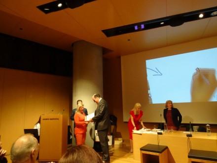 Βραβεύοντας στο Μουσείο της Ακρόπολης το 4ο ΓΕΛ Βέροιας που διακρίθηκε στο Διαγωνισμό του Μουσείου Σχολικής Ζωής και Εκπαίδευσης με κινηματογραφική ταινία με τίτλο ''Το σχολείο που ζήσαμε'' ,στις 26 Νοεμβρίου 2016.