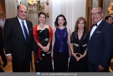Στη φωτογραφία με το τιμώμενο πρόσωπο Καθηγητή κ.Αυξέντιο Καλαγκό, την πρόεδρο του ιδρύματος Coeurs pour Tous Hellas κυρία .Άννα Γριμάνη και τις κυρίες Χριστίνα Κόκοτα και Nataliya Shatelen.