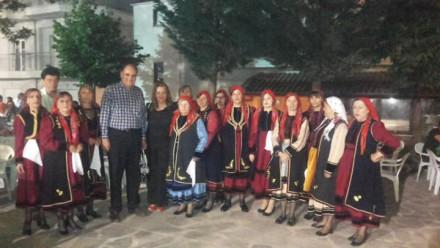 Στο Πευκόφυτο Καστοριάς με τη Βουλευτή Καστοριάς κυρία Μαρία Αντωνίου και την χορευτική ομάδα των κυριών του Πολιτιστικού Συλλόγου της περιοχής,στις 16 Ιουνίου 2015.