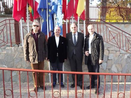Επίσκεψη στο 2ο Δημοτικό Σχολείο Κολινδρού Πιερίας.Ξεναγήθηκα από τον Διευθυντή κ. Δημήτρη Χλεμέ στις εγκαταστάσεις,συζητήσαμε για το σχέδιο Στρατηγικής Σύμπραξης ERASMUS+ που συντονίζει το σχολείου,στις 16 Ιουνίου 2015.